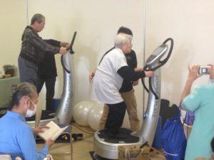 Idősek Power Plate edzése Japánban